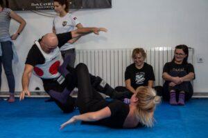 Odbrana od jaceg napadaca na treningu samoodbrane u Satori Dojo Nindjucu klubu